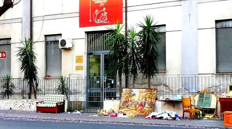 Museo Gemmellaro ostaggio del mercato dell'usato: mobili e vestiti davanti all'ingresso di corso Tukory