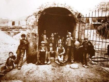 Carusi all'ingresso di una miniera di zolfo in Sicilia