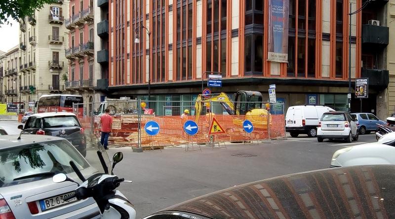 Nell'incrocio tra via E. Amari e via R. Wagner si segnalano dei lavori in corso peraggiustare un malfunzionamento dei tubi sotterranei