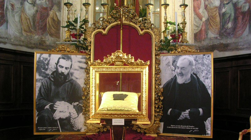 Teca con guanto di Padre Pio da Pietrelcina