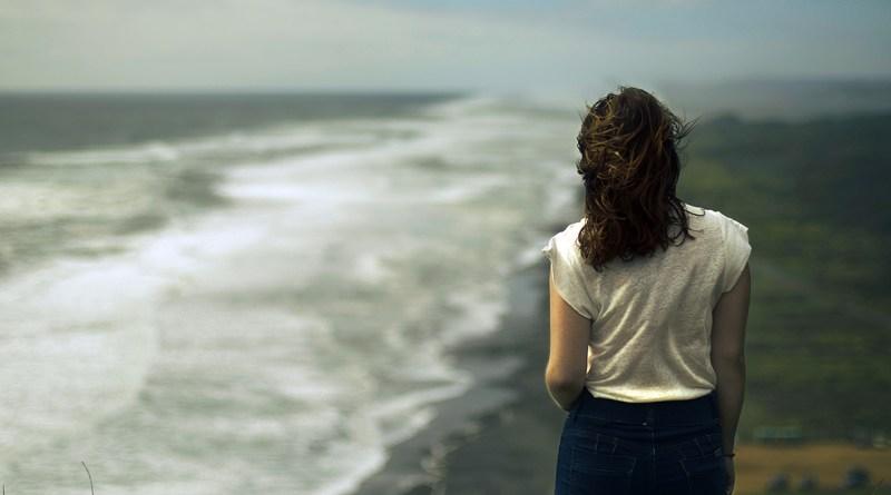 malinconia, donna in riva al mare