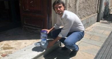 il sindaco di Bagheria, Cinque, collloca dispenser cani e gatti