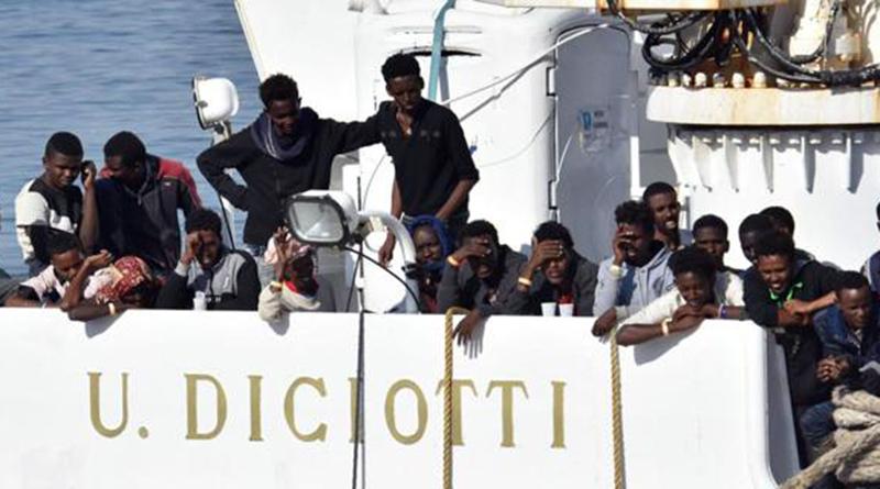 Migranti a bordo della Diciotti a Catania