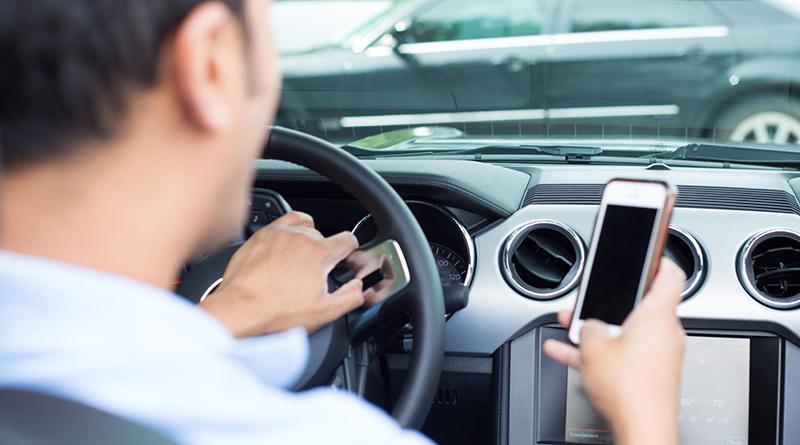 Telefono cellulare alla guida di un'automobile