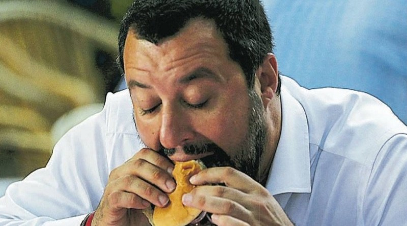 Salvini mangia hamburger
