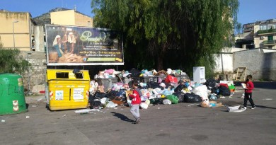 Bambini fra i rifiuti in via Ammiraglio Rizzo a Palermo