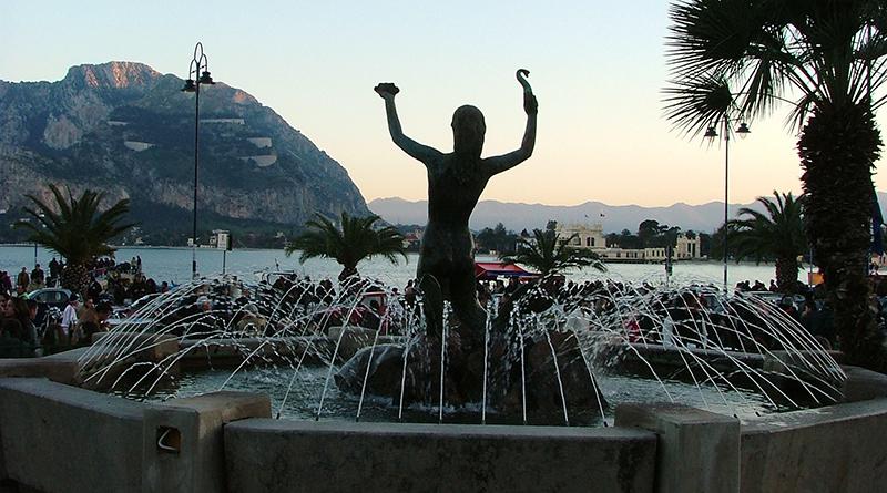 Statua Sirenetta e Golfo di Mondello, visti dalla piazza del borgo marinaro