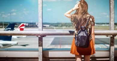 ragazza in aeroporto guarda pista partenza aerei