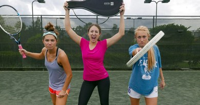 tennis, ragazze tenniste con racchette in campo