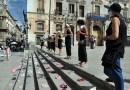 Scarpe da bambino sulle scale di Piazza Pretoria: Extinction Rebellion rivendica un pianeta sano per le nuove generazioni