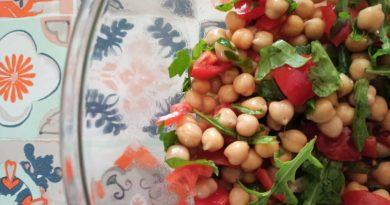 Insalata di ceci, rucola e pomodorini
