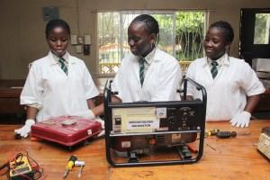 COMBUSTIBILE ECOSOSTENIBILE. «Abbiamo optato per l'urina – spiegano le giovani inventrici - perché è un prodotto di scarto disponibile ovunque che, alla fine del processo energetico, restituisce acqua e gas non dannosi per l'ambiente».(Foto: Lawal Olaide)