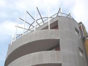 SUL TERRAZZO. Ecosun Building è dotato di un esteso campo fotovoltaico, solare termico e di un refrigeratore d'acqua per il raffrescamento estivo.