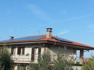 IMPIANTI SOLARI. Oltre ai tre collettori solari termici  è presente un impianto fotovoltaico costituito da 24 moduli in silicio policristallino.