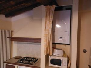 UNA CALDAIA singola con produzione istantanea di acqua calda sanitaria provvede al riscaldamento dell'appartamento più grande e due caldaie con accumulo sanitario sono a servizio di altri due appartamenti.