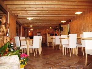 La struttura è realizzata interamente in legno massiccio e dotata di 4 camere con ampi bagni, un ristorante vegetariano vegano, un bar, sauna e sala lettura.