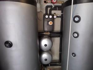 I DUE ACCUMULI da 500 l monoserpentini in preriscaldo, posti in parallelo e a integrazione dei 1000 litri già esistenti.