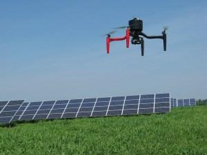 ISPEZIONI AEREE. I droni danno la possibilità di controllare l'efficienza energetica degli impianti fotovoltaici, elettrici e degli edifici.  (foto REMOTEFLY - PADOVA)