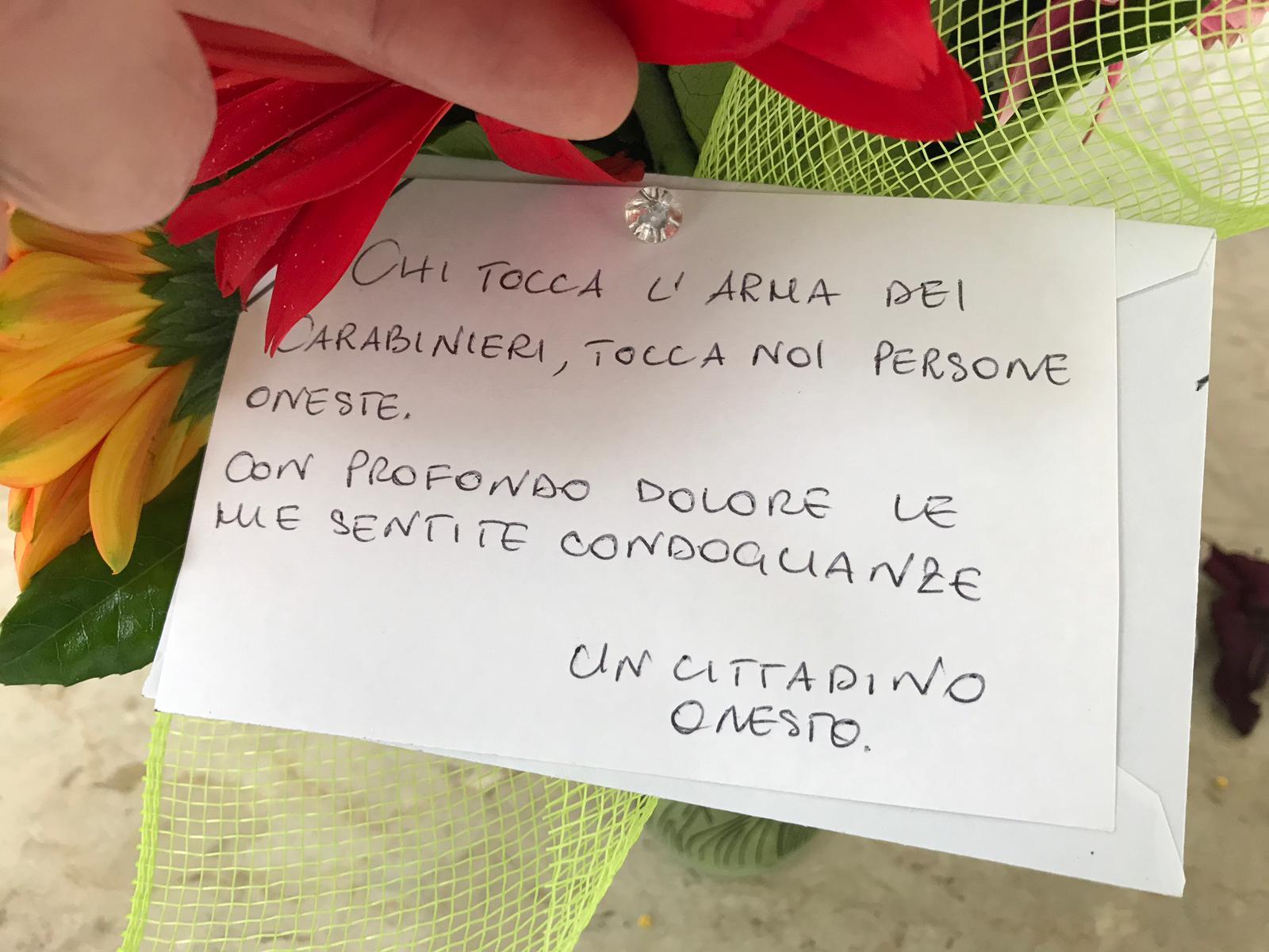 Mazzo Di Fiori Anonimo.Un Mazzo Di Fiori Fuori La Caserma Dei Carabinieri Di Caivano