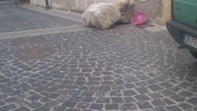 Photo of Le getta i rifiuti fuori orario davanti casa e la minaccia pure!