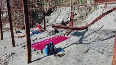 Photo of Bagno e tintarella tra pali rotti e arrugginiti: la vergogna di Cava dell'Isola