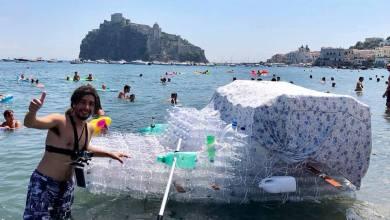Photo of In mare con una barca da mille bottiglie di plastica, l'avventura di Raffaele Imbò