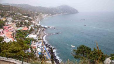 Photo of Inquinamento ai Maronti, a mare galleggia di tutto sotto gli occhi dei turisti