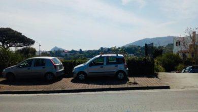 Photo of Sant'Alessandro: il parcheggio è vuoto, ma le auto sostano sul marciapiedi