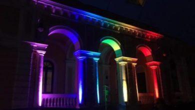 Photo of Il municipio diventa arcobaleno contro l'omofobia