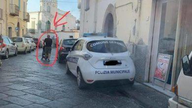Photo of LA FOTONOTIZIA Quando sul marciapiedi parcheggia l'auto dei vigili
