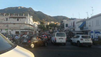 Photo of Auto si ferma in curva, traffico in tilt al Capitello