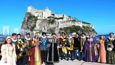 Photo of Oggi dalla collina di sant'Alessandro al castello aria di festa  adunata sul piazzale Aragonese per il grande corteo d'epoca