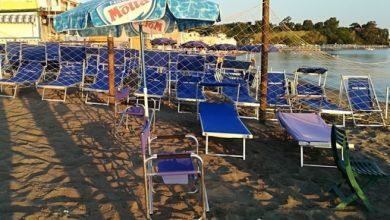 """Photo of Lettini e ombrelloni per """"prenotare"""" il posto in spiaggia, blitz della Guardia Costiera"""
