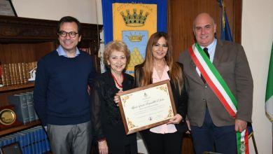 Photo of Una pergamena a Maria Grazia Pasqualitto D'Auria, illustre amica di Ischia