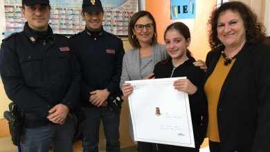 Photo of Sogna di entrare in polizia, gli agenti le donano il calendario