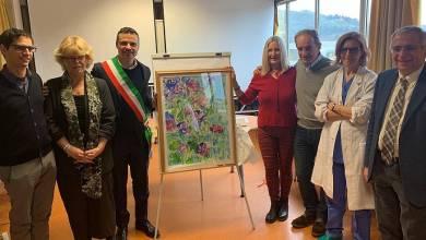 Photo of Pittrice guarisce e dona all'ospedale un quadro con i fiori di Ischia