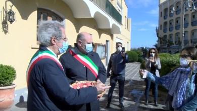 Photo of La resa dei negozianti, le chiavi consegnate ai sindaci