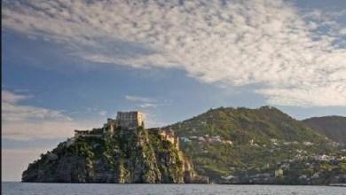 """Photo of Il covid-19 fa """"svendere"""" l'isola anche a ferragosto"""