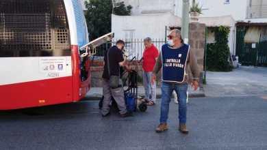 Photo of Bus perde olio, traffico in tilt: ferito un centauro