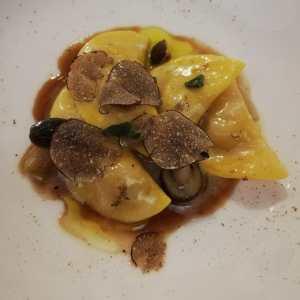 Ravioli di salame cotto, tartufo nero e funghi
