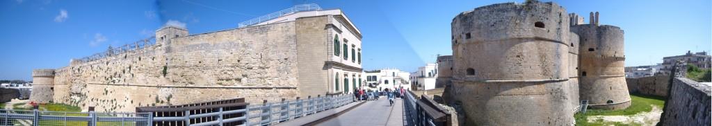 http://tarihvemedeniyet.org/wp-content/uploads/2011/07/Otranto_castello_panorama2-1024x182.jpg