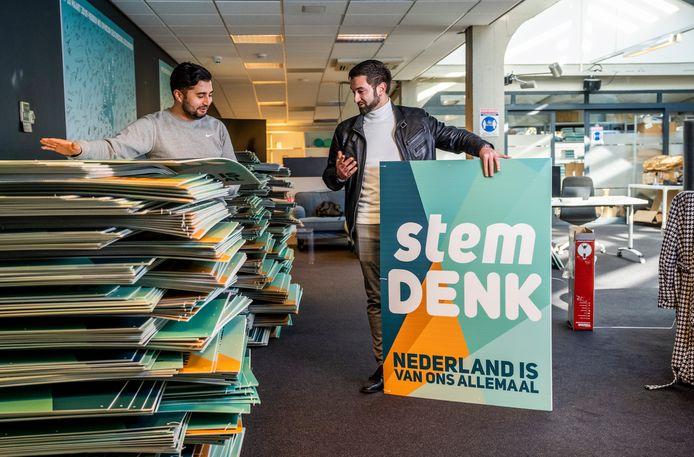 Doğukan Ergin (l) en Stephan van Baarle hebben nog honderden Denk-verkiezingsborden achter de hand.