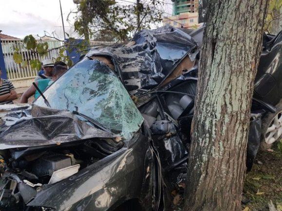 Tragédia: Carro bate em árvore e destrói totalmente com vítima fatal, em frente a faculdade de Ilhéus 5