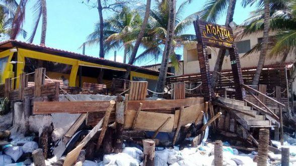 Não só em Ilhéus, mar surpreende barraqueiros e destrói estrutura de bares na orla do Francês em Alagoas 5