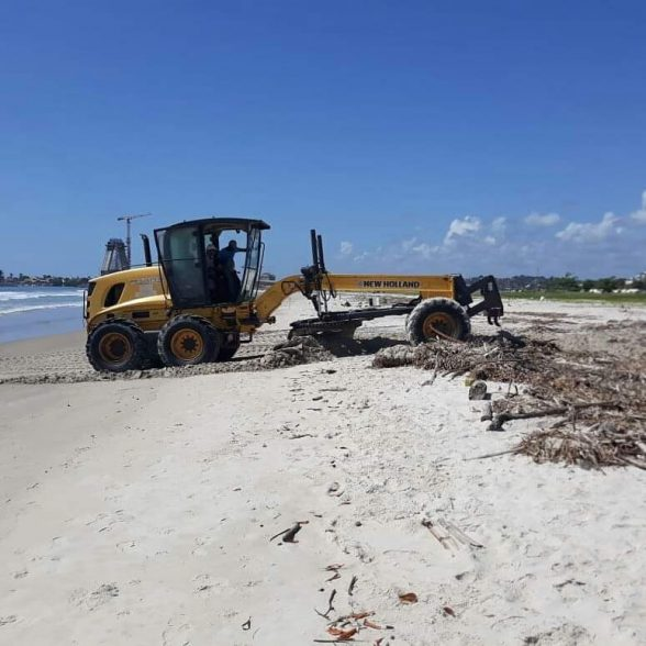 Limpeza da praia da Avenida Soares Lopes é retomada em Ilhéus 2