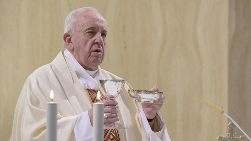 Papa Francesco corre in aiuto ad un gruppo di transgender di Torvaianica