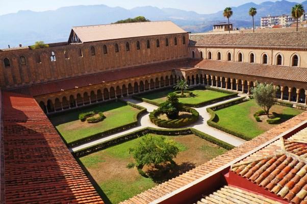 Il chiostro del monastero dei Benedettini a Monreale (Palermo)