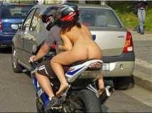 Nuda in moto : ma la multa è per il casco.