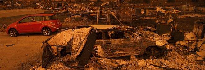 California in fiamme: 2 morti e 9 dispersi, 38mila sfollati e 500 case distrutte