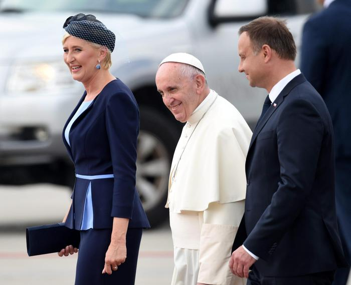 epa05443573 Polish President Andrzej Duda (R) and his wife Agata Kornhauser-Duda (L) welcome Pope Francis (C) as he arrives at Balice Airport for the World Youth Day 2016 in Krakow, Poland, 27 July 2016. The World Youth Day 2016 is held in Krakow and nearby Brzegi from 26 to 31 July.  EPA/RADEK PIETRUSZKA POLAND OUT